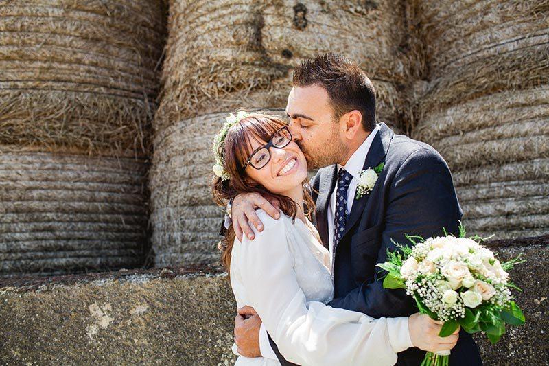 groom-kissing-eco-friendly-wedding
